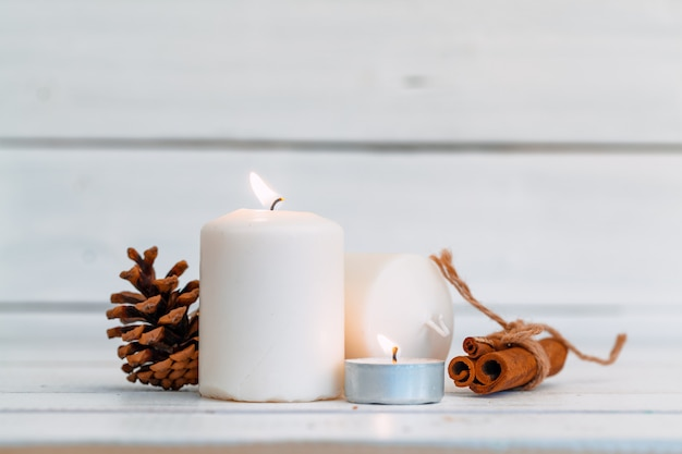 木製テーブルの上の家の照明キャンドル Premium写真
