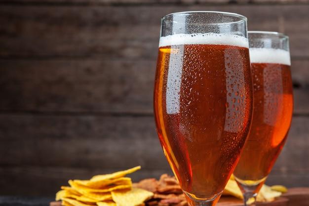 ガラスビールと木製のスナック Premium写真