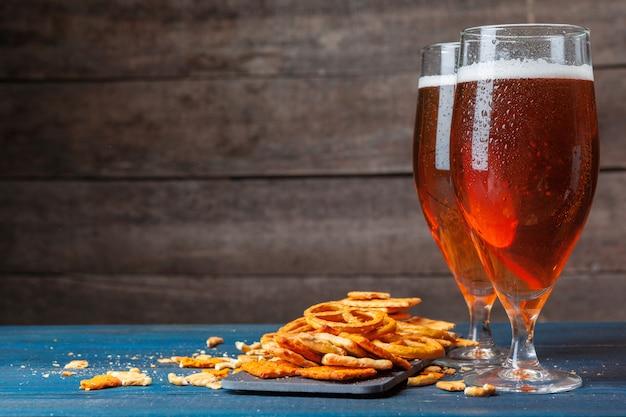木製のビールとスナックの選択 Premium写真