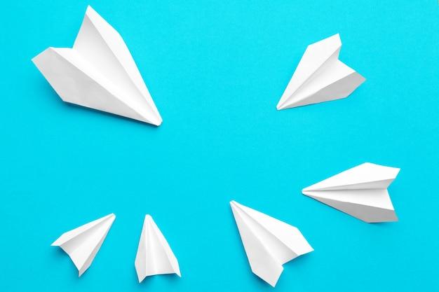 Белый бумажный самолетик на синем Premium Фотографии