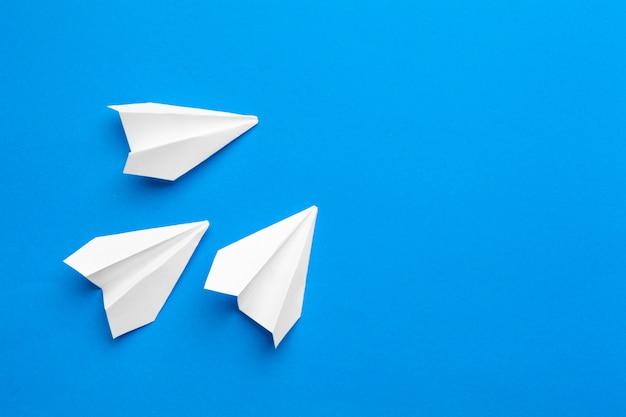 Белый бумажный самолетик на военно-морской бумаге Premium Фотографии