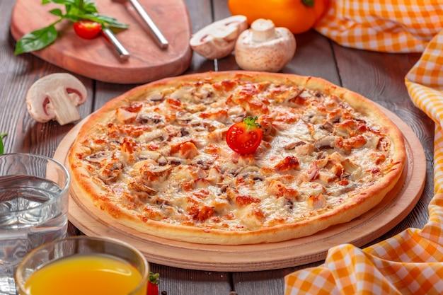 木製のテーブルで提供されるおいしい新鮮なピザ Premium写真