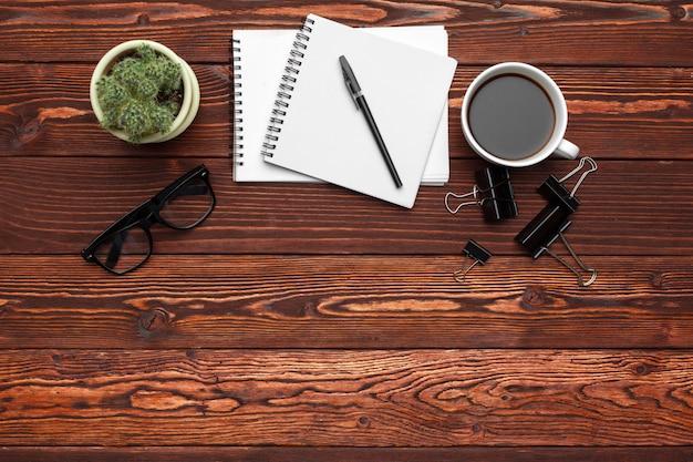 事務用品および暗い木製のテーブルの機器 Premium写真