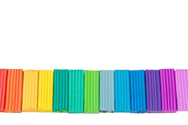 Пластилиновые красочные палочки, изолированные на белом фоне Premium Фотографии