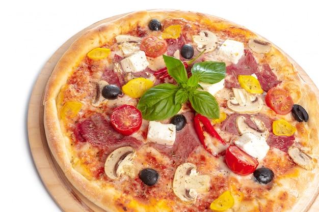 白で隔離される木製のプレートでおいしいピザ Premium写真