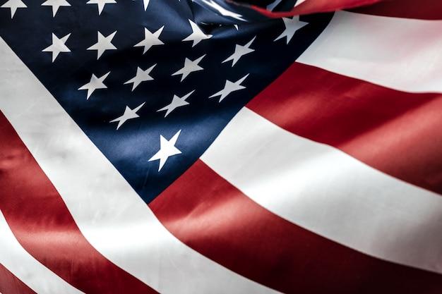 星とストライプのアメリカ国旗を美しく振る Premium写真