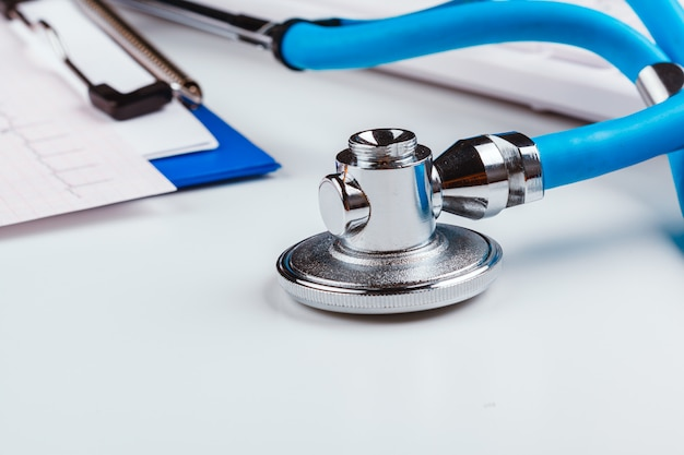 聴診器で医師デスクテーブル Premium写真