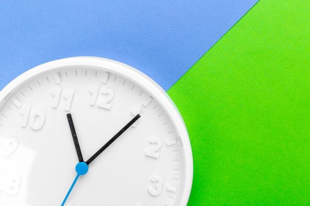 色の背景上の壁時計 Premium写真