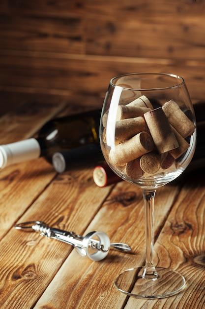 ガラス、木製のワインボトル Premium写真