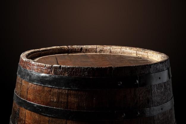 Старая деревянная бочка на темном Premium Фотографии