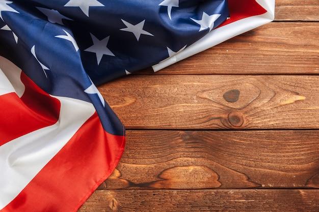 軽い木製のテーブルにアメリカ国旗をコピースペースを閉じる Premium写真