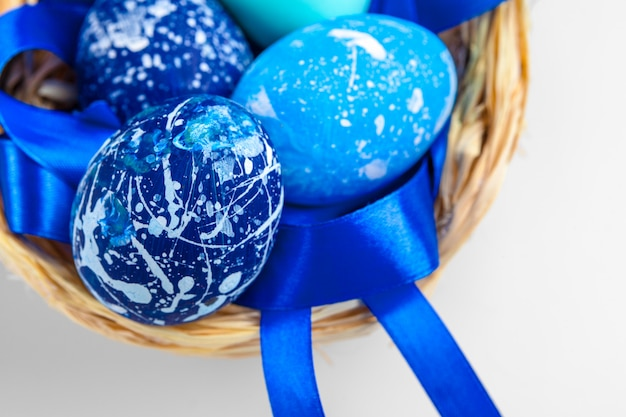 Голубые пасхальные яйца изолированные на белизне. Premium Фотографии