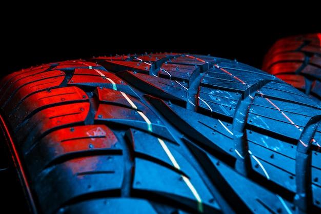 プロファイルのクローズアップと車のタイヤの行 Premium写真