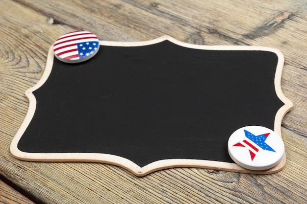 黒板看板にアメリカピン Premium写真