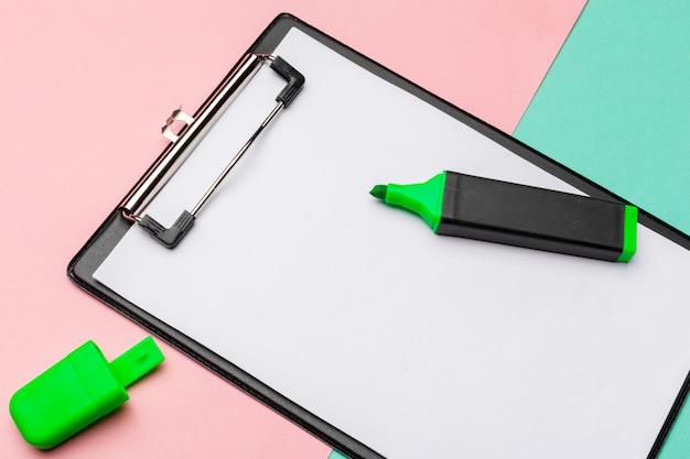 蛍光ペンでモックアップされたクリップボード Premium写真