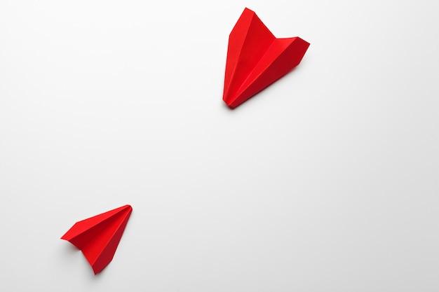 Оригами игрушка плоскость бумаги на белом Premium Фотографии