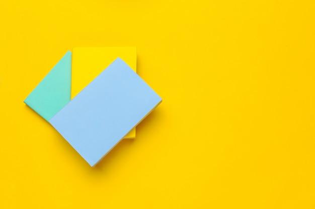 Книги на желтом Premium Фотографии