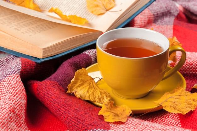 秋の紅葉、本、お茶 Premium写真