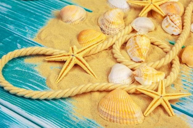 青い砂の床に海の砂と貝殻 Premium写真