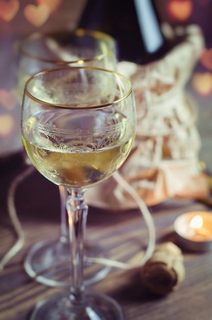 Бокал с вином на романтическое свидание Premium Фотографии