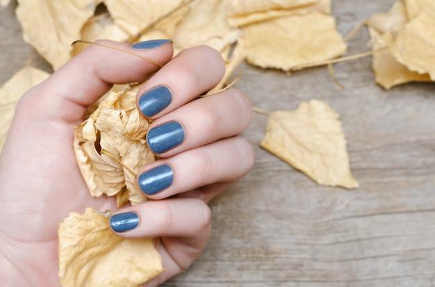 青いネイルデザインと女性の手 Premium写真