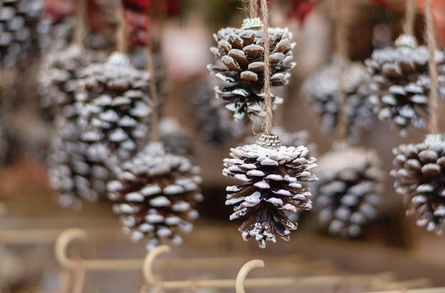 店で販売するために表示されるクリスマスの装飾。 Premium写真