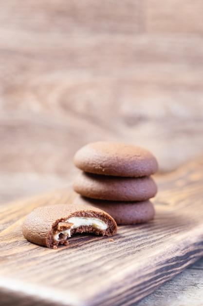 木製のまな板にチョコレートクッキー 無料写真