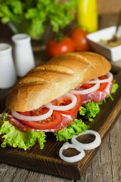 肉とトマトの新鮮な自家製サンドイッチ Premium写真