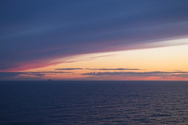 日没のフェリー。とても美しい空。 Premium写真