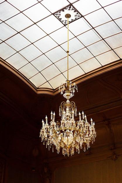 古代の吊りシャンデリア Premium写真