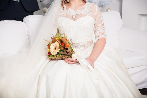 花嫁の手で美しいウェディングブーケ Premium写真