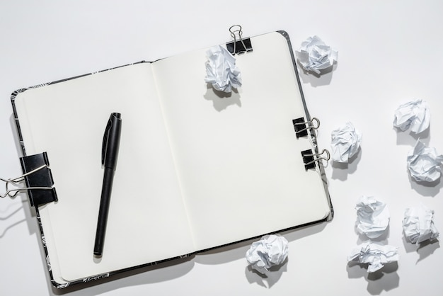 Открыт блокнот на белом с мятой бумаги Premium Фотографии