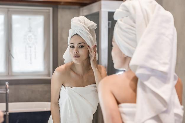 シャワーの後クリームを適用する女性 Premium写真