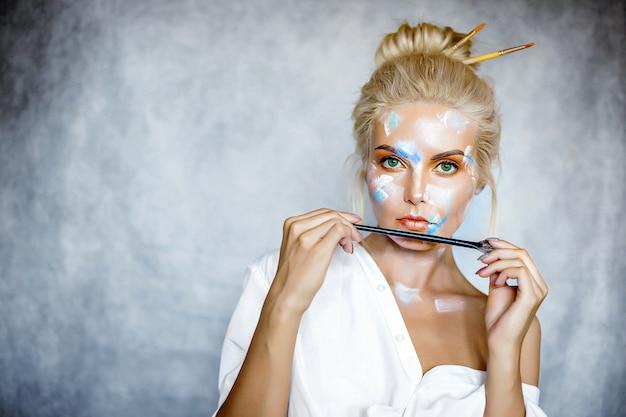 髪型と美しい若いブロンドの女性の創造的なファッションの美しさの肖像画。 Premium写真