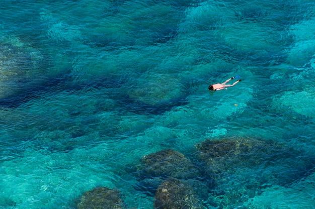Аэрофотоснимок пара, заняться сноркелингом в море Premium Фотографии