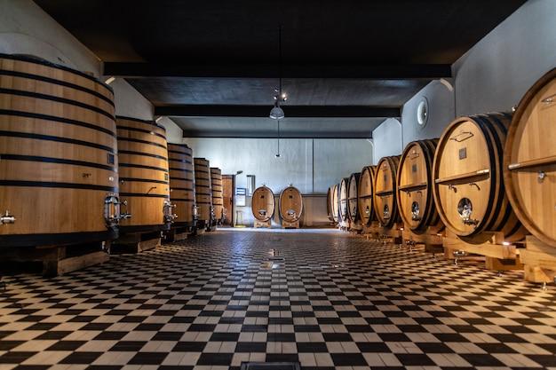 ワイン生産工場の木製樽 Premium写真