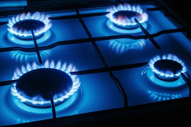 キッチンガスストーブから燃えるガスの青い炎 Premium写真