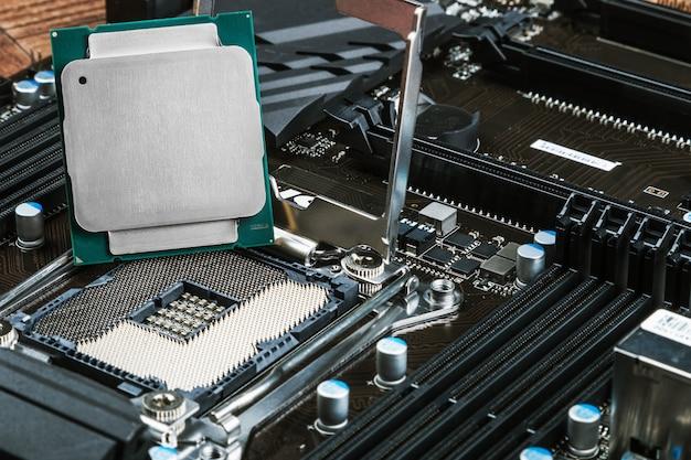 Процессорный сокет и процессор на материнской плате Premium Фотографии