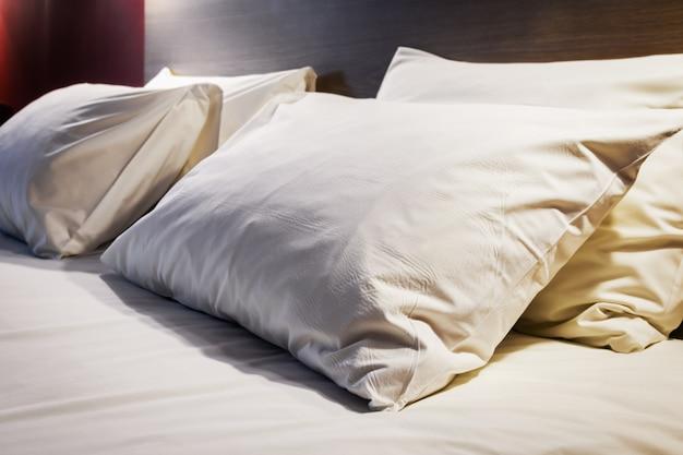 Подушки на большую двуспальную кровать Premium Фотографии