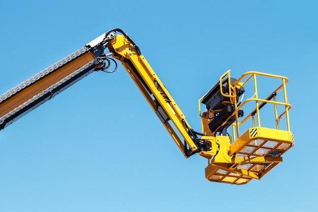 建設用自動油圧レシーバーのブームとバスケット Premium写真