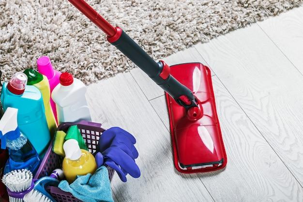 床を掃除するためのさまざまな製品とアイテム Premium写真