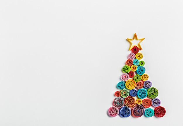 紙で作られたクリスマスツリー Premium写真
