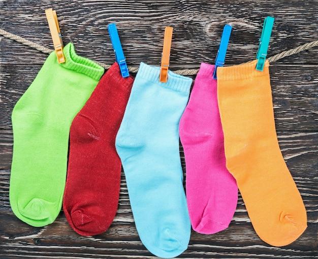 ぶら下がっている色とりどりの繊維靴下 Premium写真
