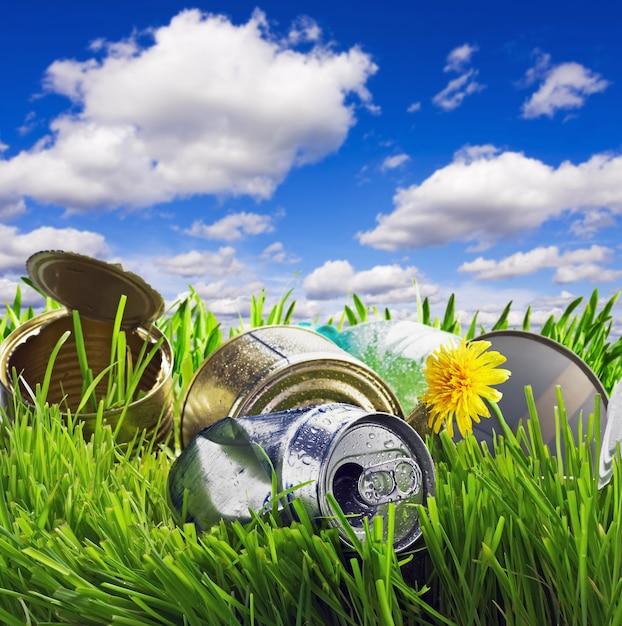 Мусор на траве Premium Фотографии