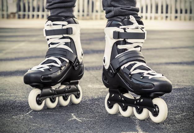 スケートのためにローラースケートで歩きます。トーン写真 Premium写真