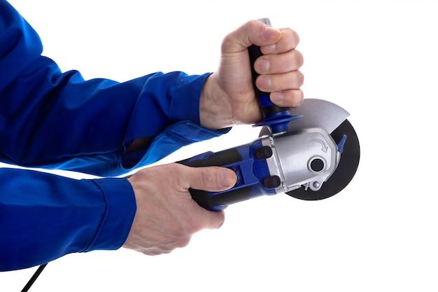 Рабочий держит угловую шлифовальную машину Premium Фотографии