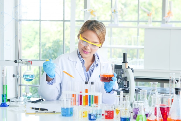 実験室で働くアジアの深刻な女性化学者 Premium写真