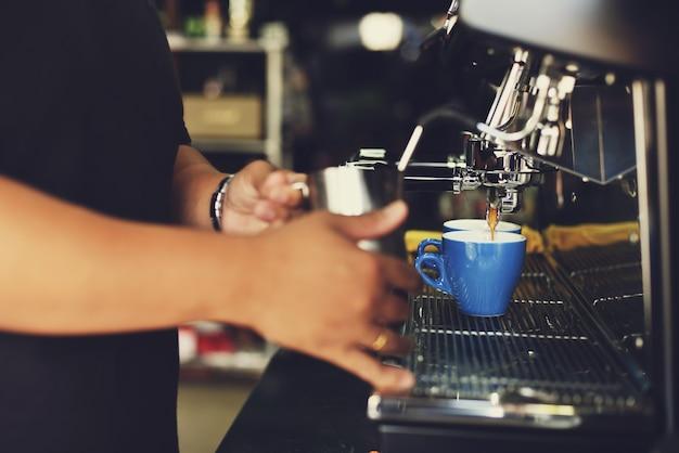 コーヒーカップを提供する男 無料写真