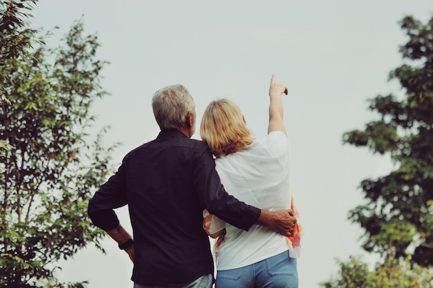 公園で年配のカップル Premium写真