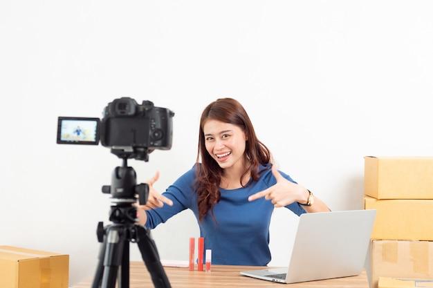 アジアの女性レビュー製品がデジタルカメラでオンラインでライブ Premium写真